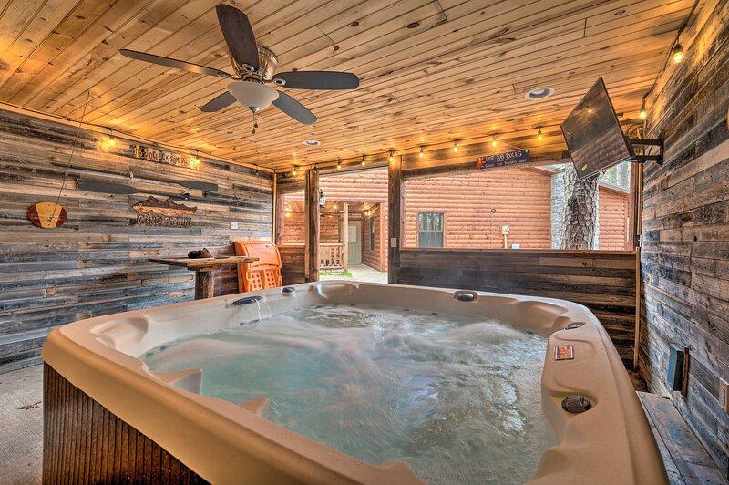 Cabin w/ Hot Tub & Grill - 6 Mi to Broken Bow Lake, location de vacances à Pickens