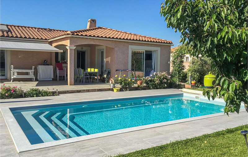 Amazing home in Mallemort with Outdoor swimming pool, WiFi and 3 Bedrooms (FPB42, Ferienwohnung in Vernegues