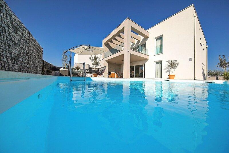 Modern Villa North, in Dalmatia, with a Pool, location de vacances à Zaton