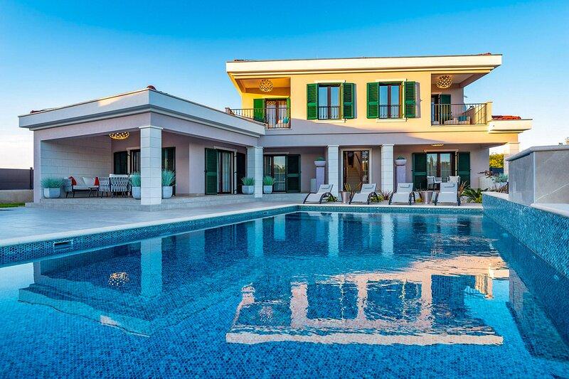 Beautiful Villa Navia, in Dalmatia, with a Pool, location de vacances à Zaton