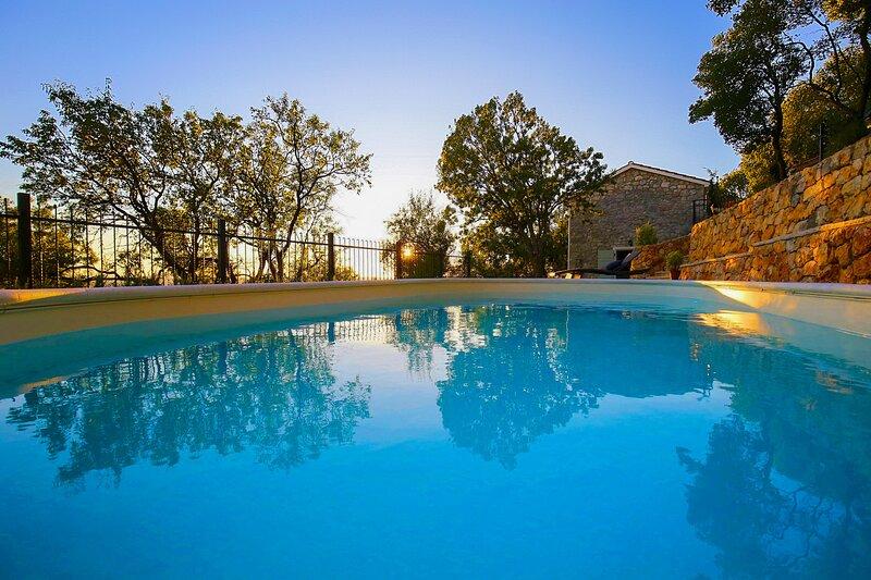 Beautiful Villa Mileti, in Dalmatia, with a Pool, location de vacances à Tribanj