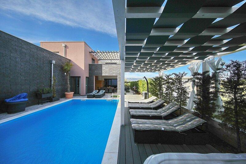 Modern Villa Nerina, in Dalmatia, with a Pool, aluguéis de temporada em Zaton