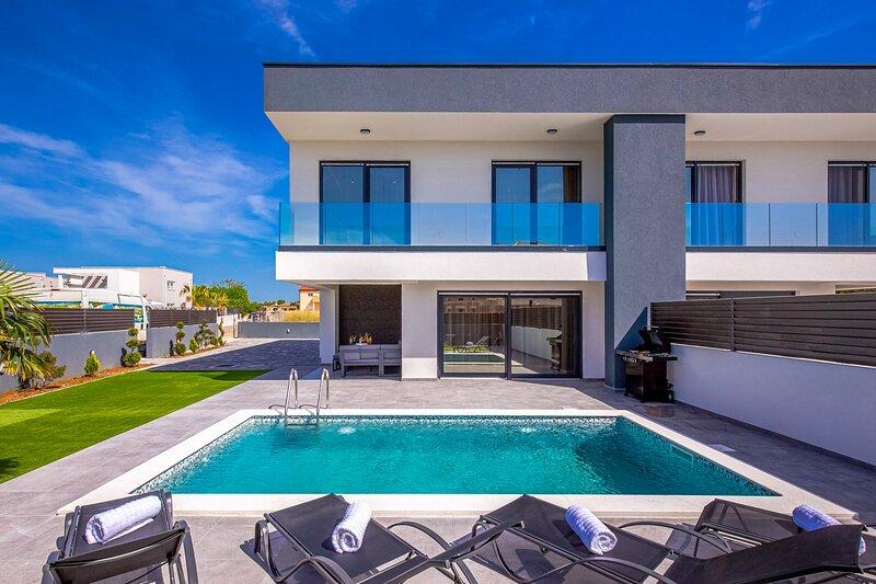 Modern Villa Maestral, in Dalmatia, with a Pool, aluguéis de temporada em Zaton