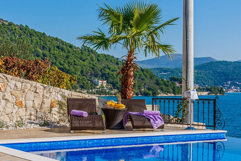 Charming Villa Marina Dalmacija, with a Pool, location de vacances à Marina