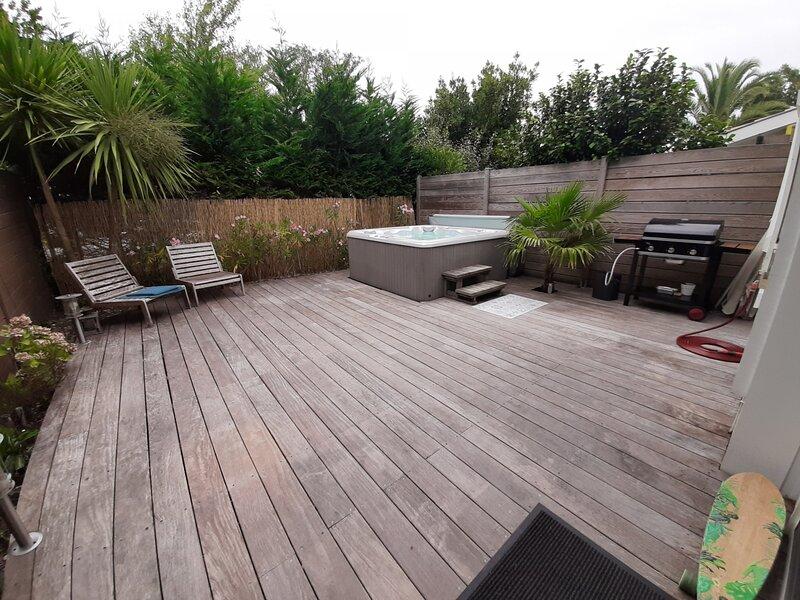 Domaine du Gaillou 64 ,belle terrasse avec jacuzzi, location de vacances à Orx