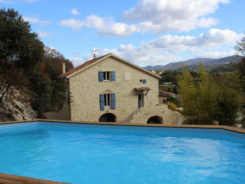 Maison de caractère classée 4 étoiles avec espace détente et piscine, casa vacanza a Salavas