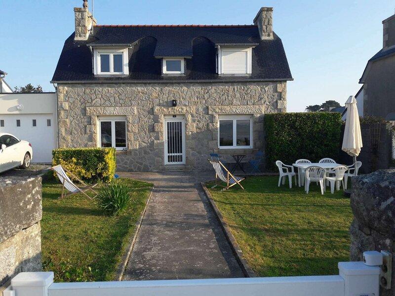 Les Mouettes Maison avec jardin vue mer près du port Saint-Sauveur, holiday rental in Trebeurden
