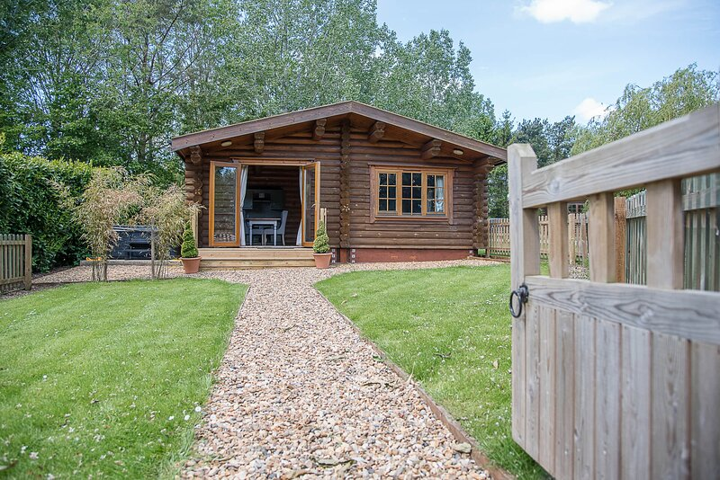 Maple Lodge with Hot Tub, Kingfishers (Air Manage Suffolk), holiday rental in Brandeston