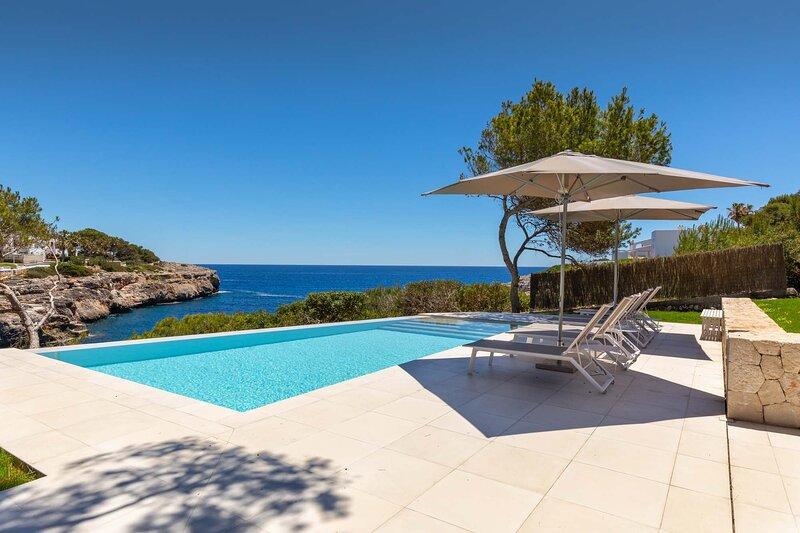 Magdala, seafront villa for 6 persons, location de vacances à Cala Mondrago