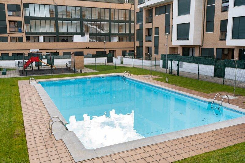 La Caparina, apartamento con piscina a 3 km de la playa, alquiler vacacional en Bricia