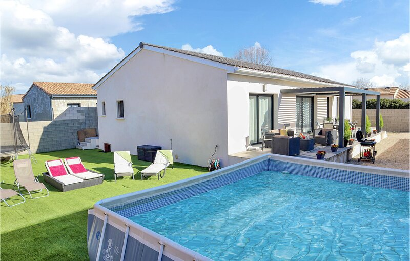 Awesome home in Sorgues with Outdoor swimming pool and 3 Bedrooms (FPV683), holiday rental in Sorgues