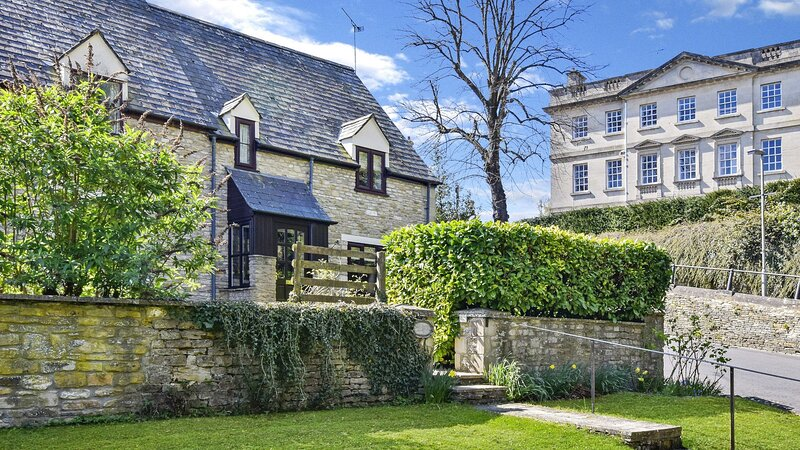 Old Stables, Tetbury, Cotswolds - sleeps 5 guests  in 3 bedrooms, holiday rental in Crudwell