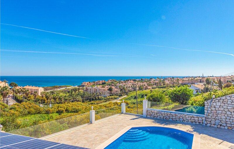 Nice home in Las Lagunas de Mijas with Outdoor swimming pool, WiFi and 7 Bedroom, vacation rental in El Faro