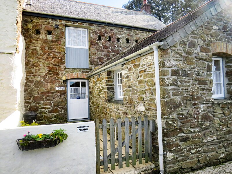 BADGER COTTAGE, comfortable cottage on 55 acre farm with play area and games, vakantiewoning in Mawgan