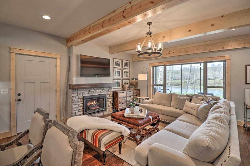 NEW! Flippin Home on White River: Fire Pit & Views, holiday rental in Lakeview