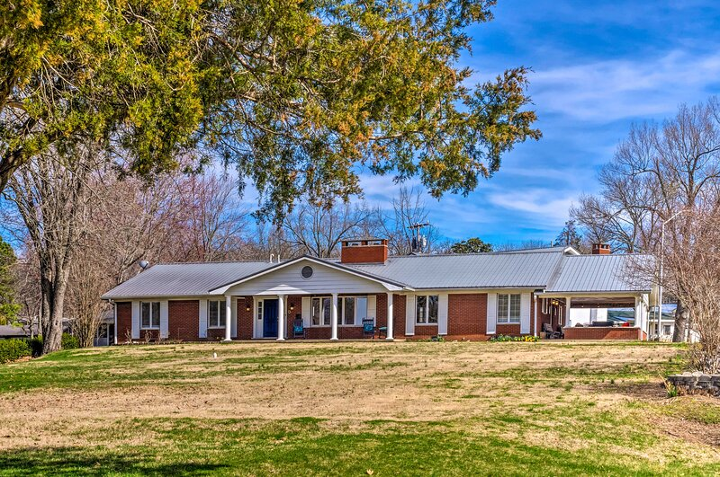 NEW! Lake House: Waterfront Fun & Updated Interior, holiday rental in Calvert City