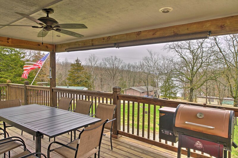 NEW! Table Rock Getaway w/ Fire Pit & Lake Access!, holiday rental in Lampe