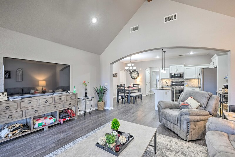 NEW! Upscale Pet-Friendly Townhome; Private Patio, casa vacanza a Cave Springs
