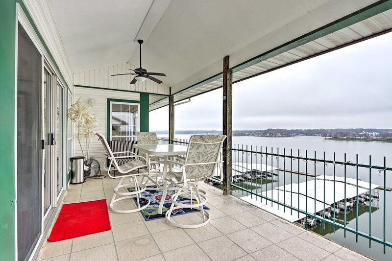 NEW! Lake Ozark Escape w/ Lake View & Pool Access!, alquiler de vacaciones en Tuscumbia