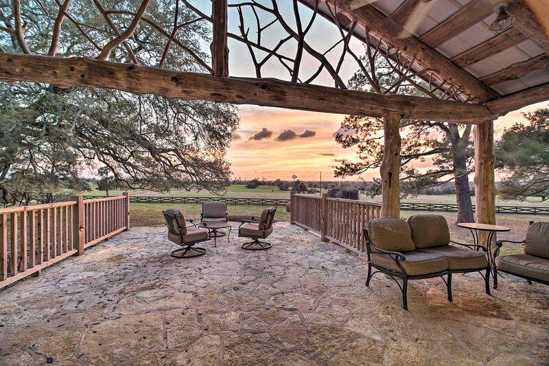 NEW! Mystical 'Century Oaks Farm' on 46 Acres!, aluguéis de temporada em Ellinger