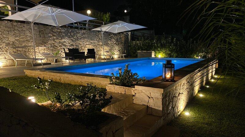 Villa Lucia a pochi passi dal mare fino a 13 posti letto., holiday rental in Fontane Bianche