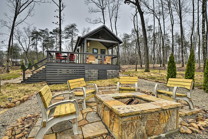 NEW! Tranquil Tiny Home w/ Fire Pit + Lake Access!, location de vacances à Altamont