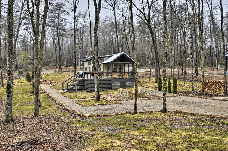 NEW! Tranquil Tiny Home w/ Fire Pit + Lake Access!, location de vacances à Altamont