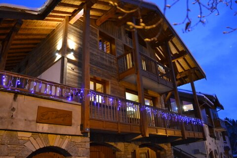 Beautiful Ski Chalet, great location with jacuzzi, location de vacances à Montchavin
