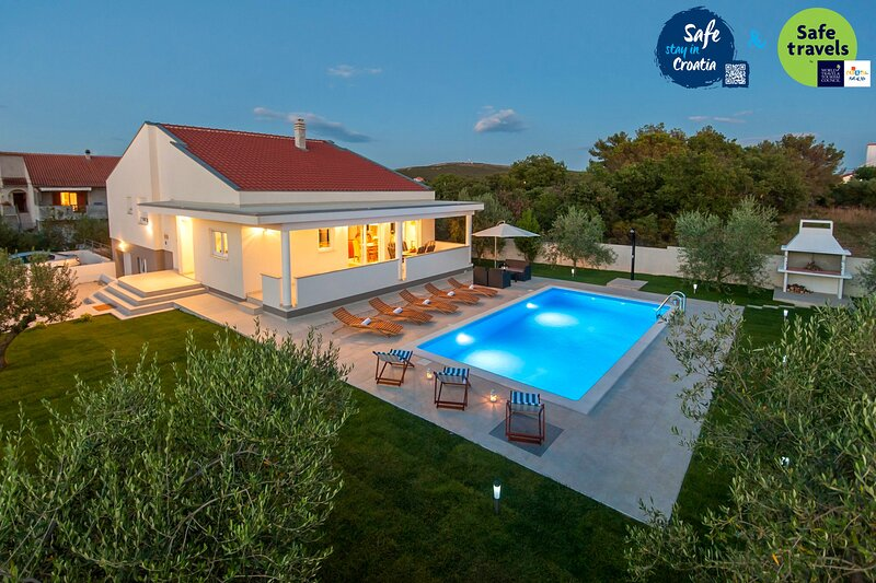 Beautiful Villa Karla, in Dalmatia with a Pool, Ferienwohnung in Debeljak