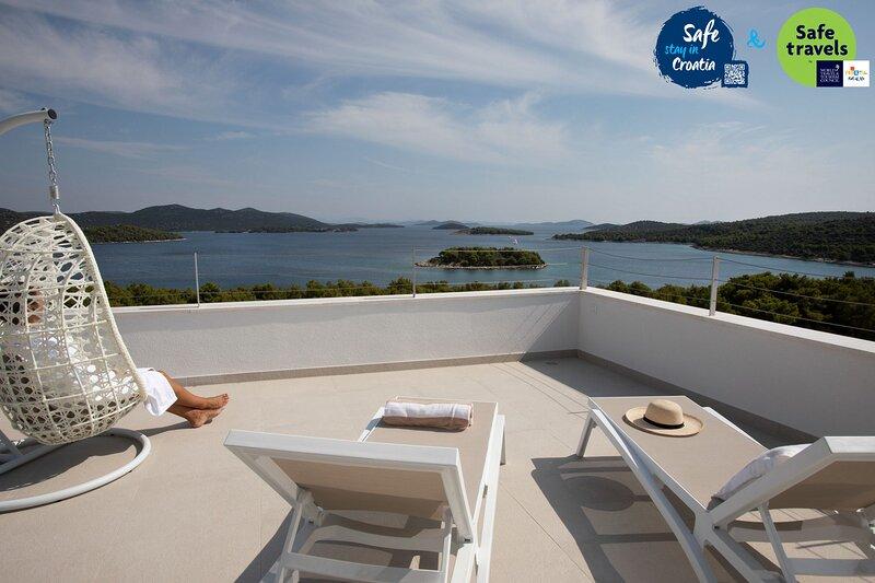 Beautiful Villa Sara Murter, with a Pool, aluguéis de temporada em Jezera