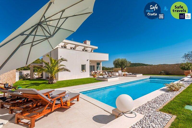 Modern Villa White, in Istria, with a Pool, alquiler vacacional en Rovinjsko Selo