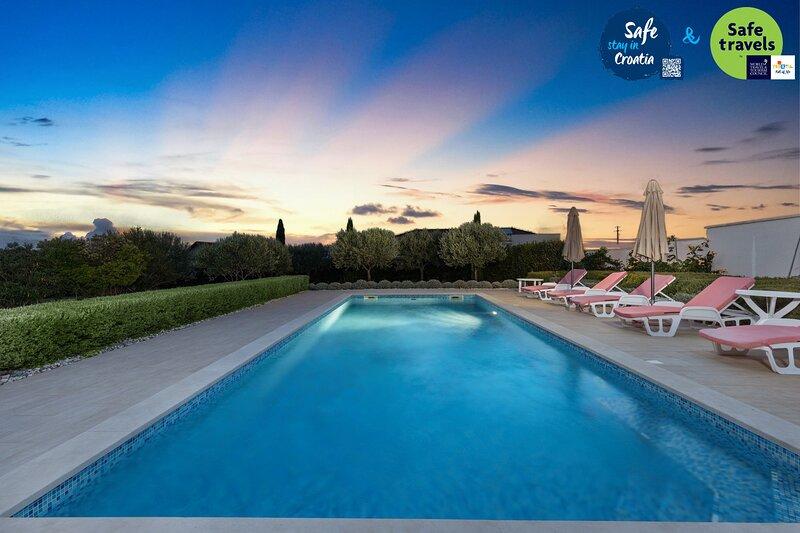 Beautiful Villa Roko Debeljak, with a Pool, Ferienwohnung in Debeljak