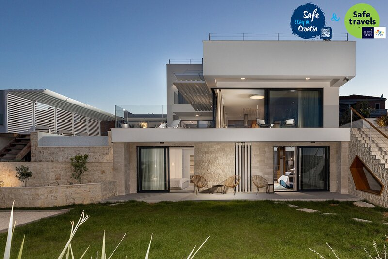 Beautiful Villa Konstanca&Sara with a Pool, alquiler de vacaciones en Jezera