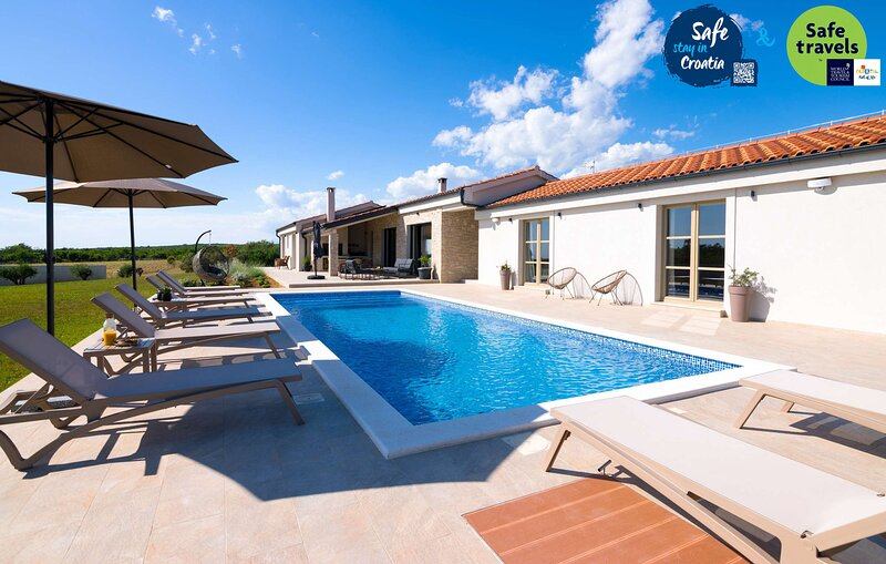 Beautiful Villa Nola, in Dalmatia, with a Pool, vacation rental in Policnik