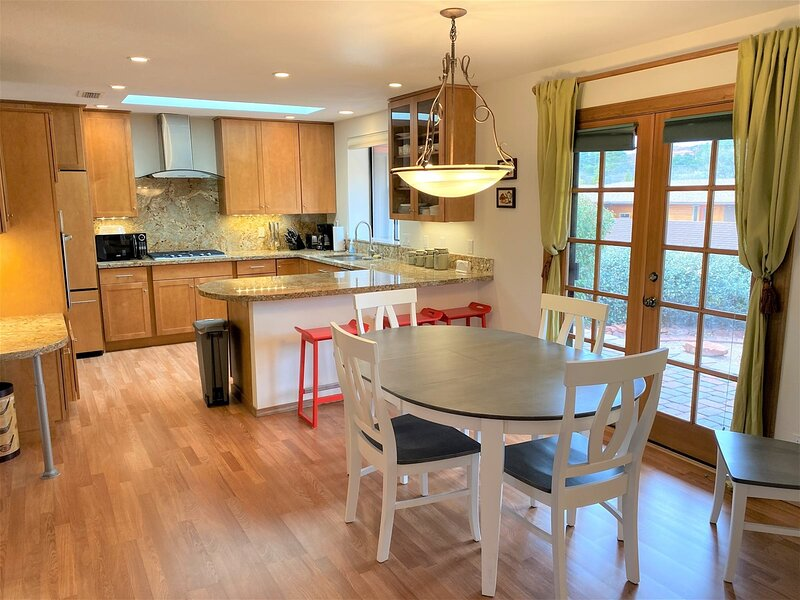 Great Home Located in Village of Oak Creek! Monthly Stays and Multi Month Stays, vacation rental in Village of Oak Creek