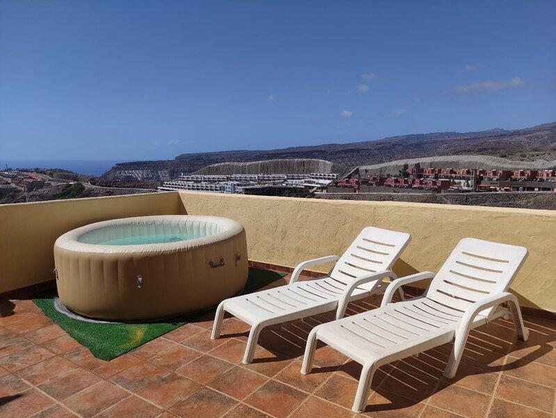 Solarium Terrace Flat overlooking Amadores Beach, holiday rental in Platero