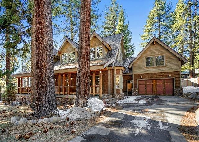 Spacious Home with Hot Tub, Game Room & Backyard | Near Beaches & Skiing, alquiler de vacaciones en Tahoe Vista