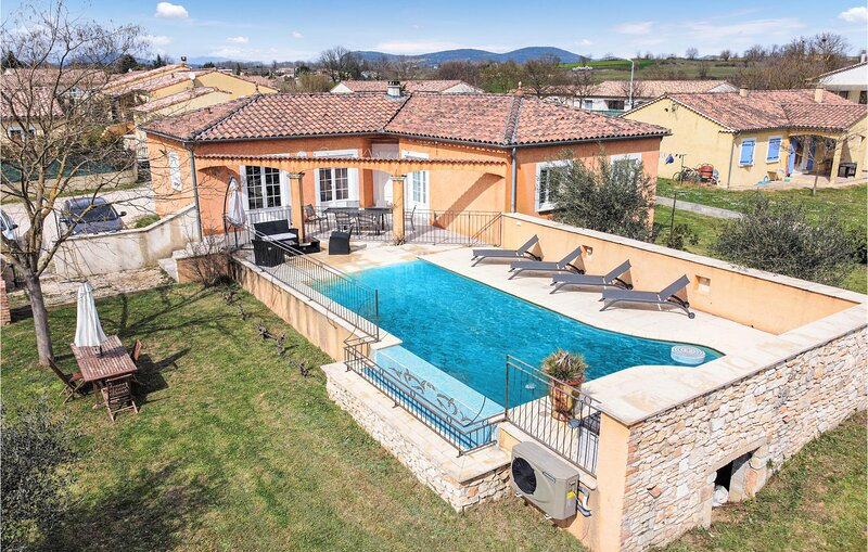 Beautiful home in Saint-Denis with Outdoor swimming pool, WiFi and 3 Bedrooms (F, location de vacances à Potelières