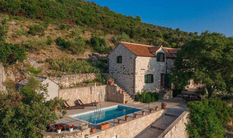 Villa Dol-Three Bedroom Villa with Pool, holiday rental in Dol