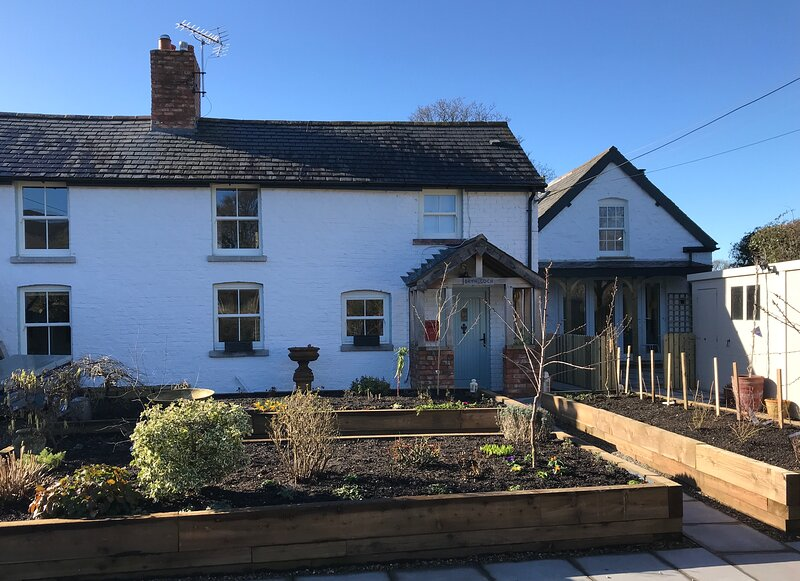 Ty Hâf Cottage,Sleeps 4,Renovated 2021,Patios front and rear with great views, holiday rental in Bodfari