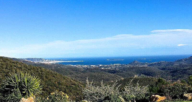 Vue Mer Baie de Cannes, Domaine Privé, Air C, Tennis Privé, Proche Plage, Calme – semesterbostad i Mandelieu-la-Napoule