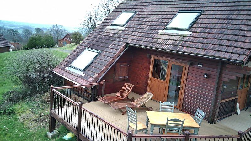 Lodge/Chalet - 3 Bedrooms - Sunning views of Lac Dathee & Golf Course, location de vacances à Vire-Normandie