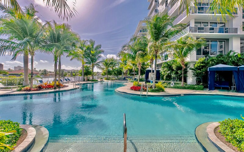 Luxury Condo Like a Resort • Waterfront • 9 min from the Beach ✨, alquiler vacacional en Lauderdale by the Sea