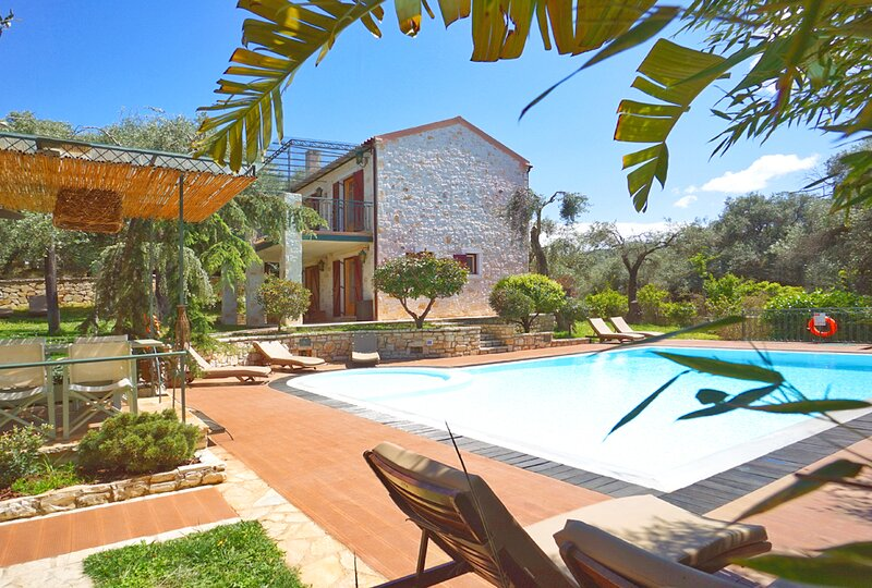 Luxury Estate with private pool, vacation rental in Peroulion