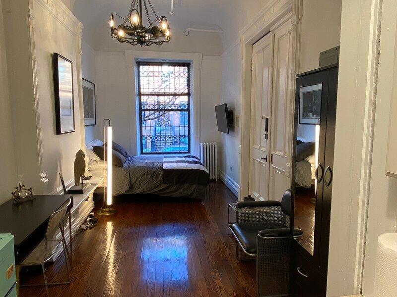Trendy Columbia U Private Studio Apartment, WIFI, Easy walk to Subway, holiday rental in Edgewater