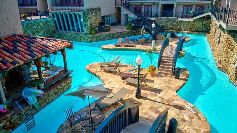 Resort Style Condo W/ Private Balcony & Parking | 5★ Location, casa vacanza a Westwood