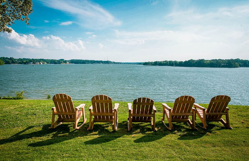 Waterfront Two Bedroom  Cabin #17 on the lake at Long Cove Resort, holiday rental in Clover