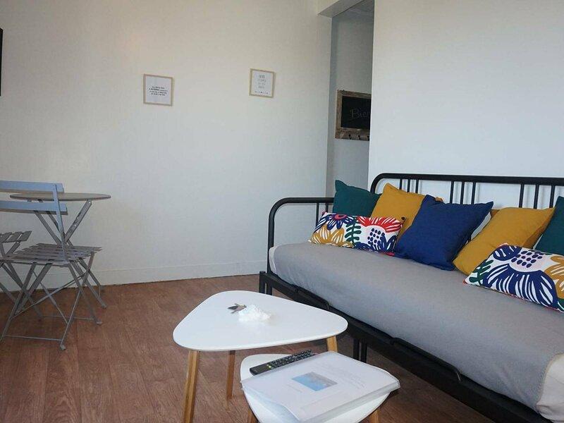 Studio lumineux pour deux personnes en centre ville, holiday rental in Petiville
