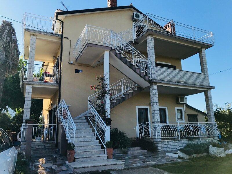 Appartamento Silva 2+1 al secondo piano, Savudrija, vicino al mare, terrazzo, holiday rental in Savudrija