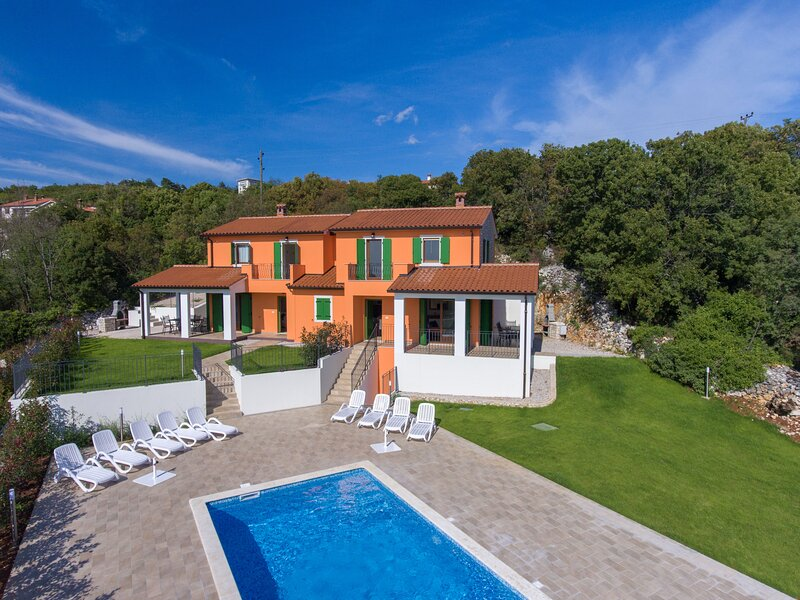 Nice house with shared pool & Wifi, location de vacances à Rabac